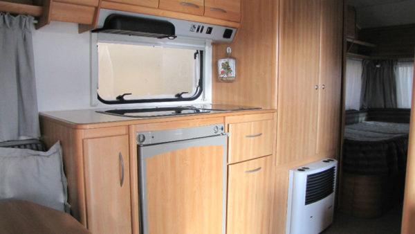 zona cucina con frigo